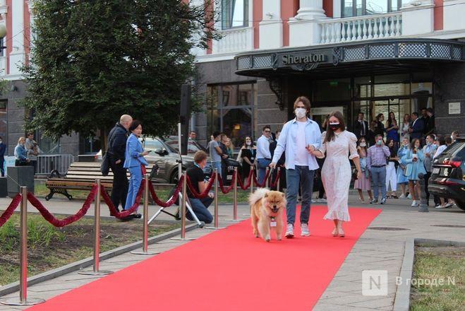 Маски на красной дорожке: звезды кино приехали на «Горький fest» в Нижний Новгород - фото 49