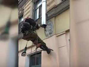 Рабочие просверлили дыру в животе ангела на историческом здании (ВИДЕО)
