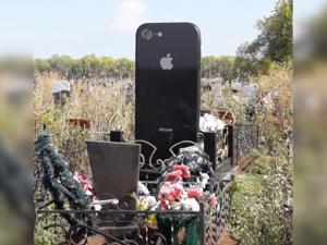 На могиле умершей девушки поставили памятник в виде iPhone