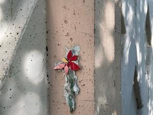 Миниатюрные арт-объекты из стекла и плитки появились на улице Нартова