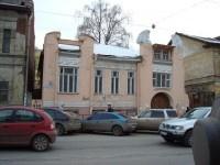 В центре Нижнего Новгорода рабочие повредили фасад памятника архитектуры, закрывая его баннером