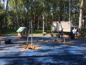 Фонари, качели и песочницу начали устанавливать в парке Пушкина