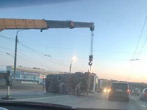 На проспекте Ленина перевернулся грузовик