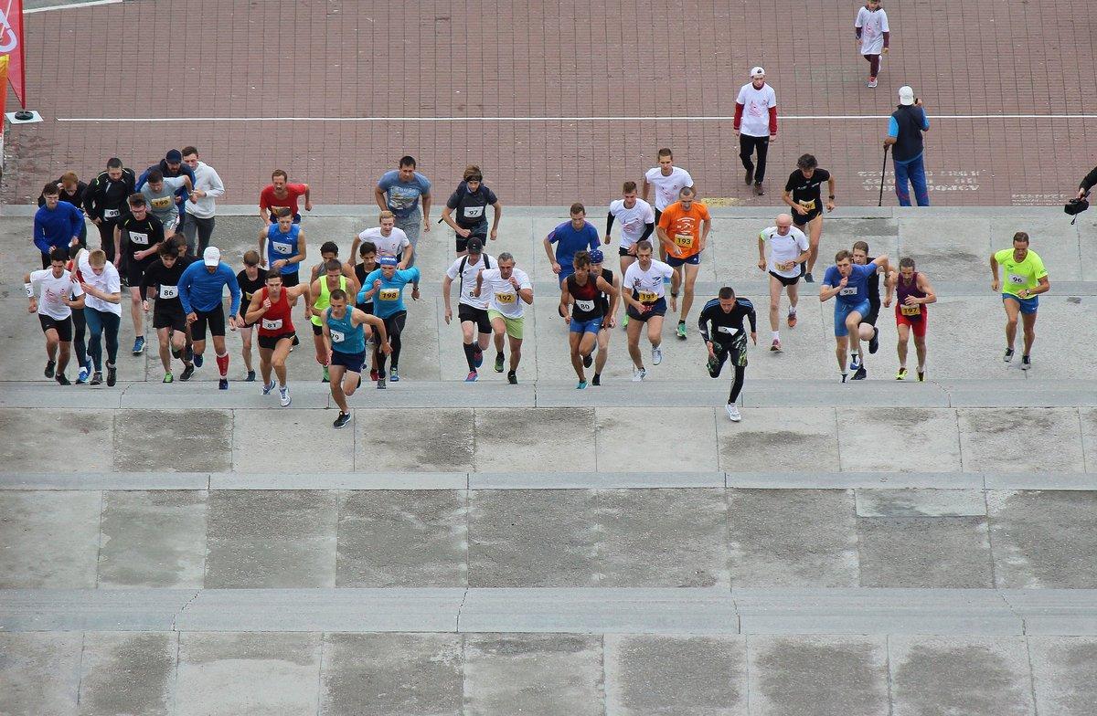 Нижегородец Николай Бурда в 16-й раз выиграл забег по Чкаловской лестнице - фото 1