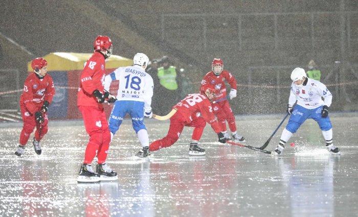 Под дождем и с тяжелой травмой хоккеиста завершился первый матч «Старта» в новом сезоне - фото 1