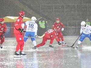 Под дождем и с тяжелой травмой хоккеиста завершился первый матч «Старта» в новом сезоне