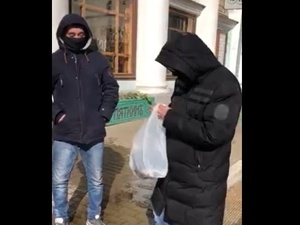 Нижегородец бесплатно раздавал медицинские маски на Рождественской