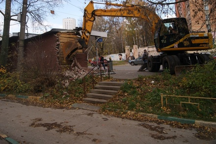 Незаконный ларек разломали на улице Рокоссовского