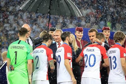 Единственный зонт во время дождя на церемонии награждения ЧМ-2018 достался Путину