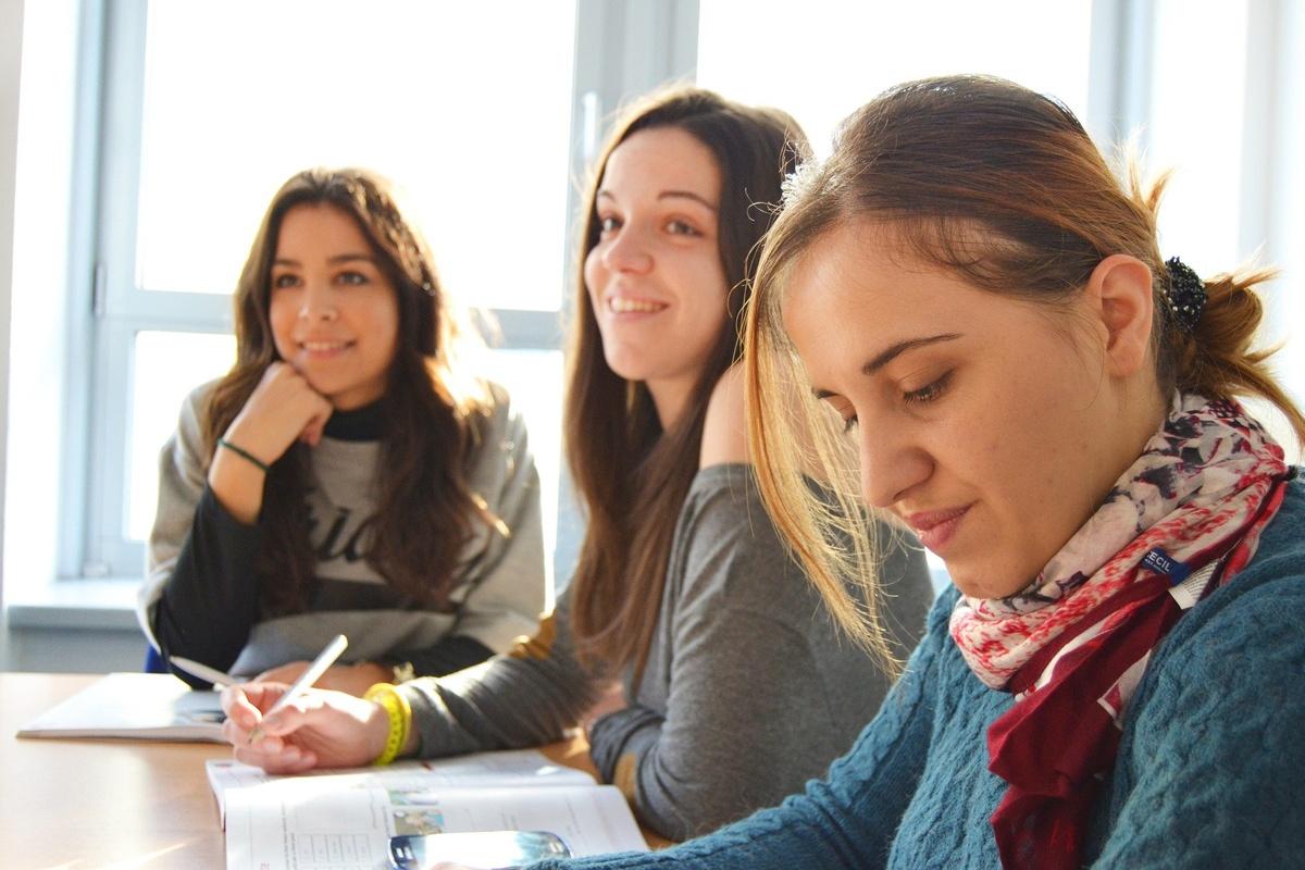 Школьников, увлекающихся литературой и языками, ждут на занятиях в клубе «ФиЛин» - фото 1