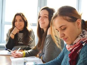 Школьников, увлекающихся литературой и языками, ждут на занятиях в клубе «ФиЛин»